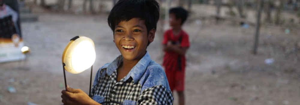 Enfant avec lampe distribuée par Pteah Baitong