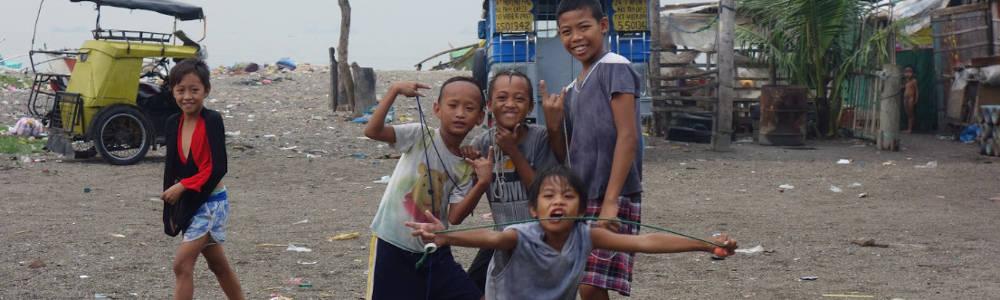Des enfants dans les bidonvilles de Manille